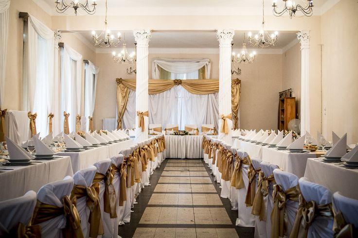 Arany és fehér esküvői dekoráció. Elegáns, nincs túlzsúfolva, összhangban vannak a részletek. Mindig is ilyenre vágytál? Elkészítjük neked! Kérd ajánlatunkat itt: http://eskuvoidekor.com/spg/887939/Arajanlatkeres