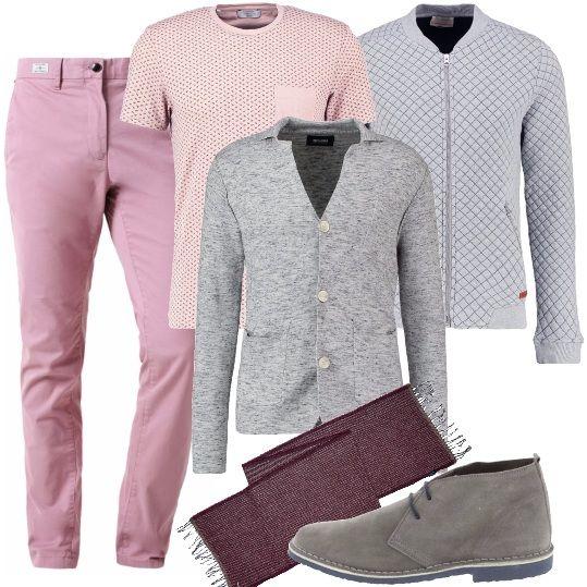 Pantalone in denim rosa, t-shirt a maniche corte con taschino sul petto, cardigan con bottoni, bomber trapuntato con cerniera, polacchine con stringhe, sciarpa con frange.
