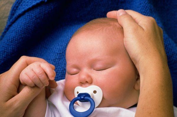 Ciuccio: sì o no? Sì dopo il primo mese di vita, se è gradito, anche per proteggere dal rischio di SIDS, cioè morte in culla. I ciucci migliori sono a ciliegina e in silicone per i primi mesi e poi, nei mesi successivi, vanno bene anche quelli a goccia e in caucciù. Il ciuccio non 'vizia' il bambino, basta usarlo con buonsenso e cominciare a toglierlo dopo l'anno di età. I consigli degli esperti