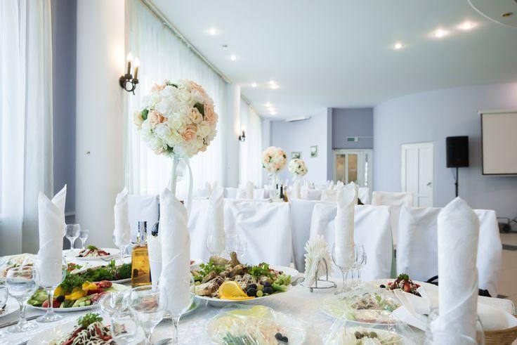 Оформление свадебного зала в мятном цвете. Топиарий на столе