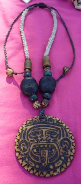 Dije de madera piro-grabada con imagen de dios azteca, cuentas de semillas naturales y collar tejido a mano con hilo hemp (cáñamo).