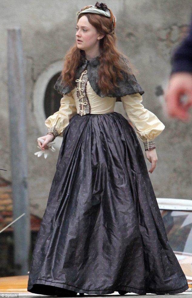 Dakota Fanning as 'Effie Gray' (2014).