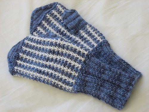 Years ago, my DH's grandmother, Aili, got a pair of mittens as a Christmas gift. They were knitted in mosaic pattern in light blue and white, and I thought they were one of the prettiest mittens I had ever seen. I examined the mittens closely, and decided to knit them for myself.