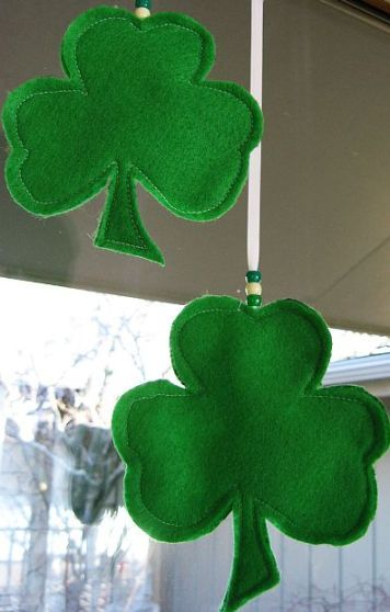 Easy DIY felt shamrock decoration for St. Patrick's Day.