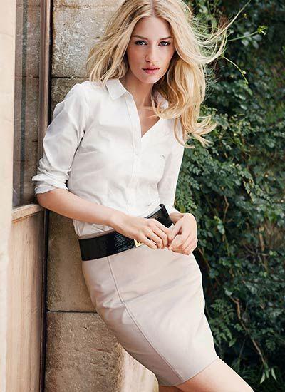 白シャツ×ベージュスカートの着こなし(レディース)海外スナップ | MILANDA