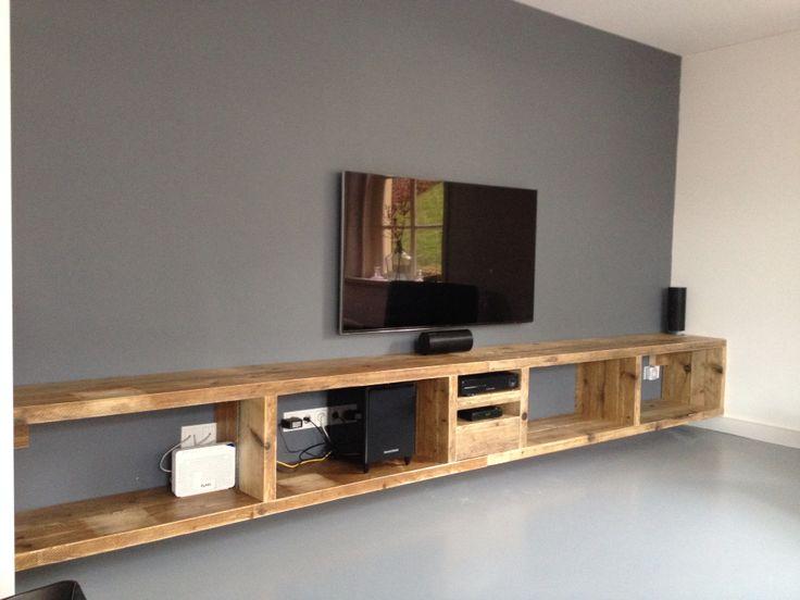 Zwevend tv meubel van oud steigerhout.