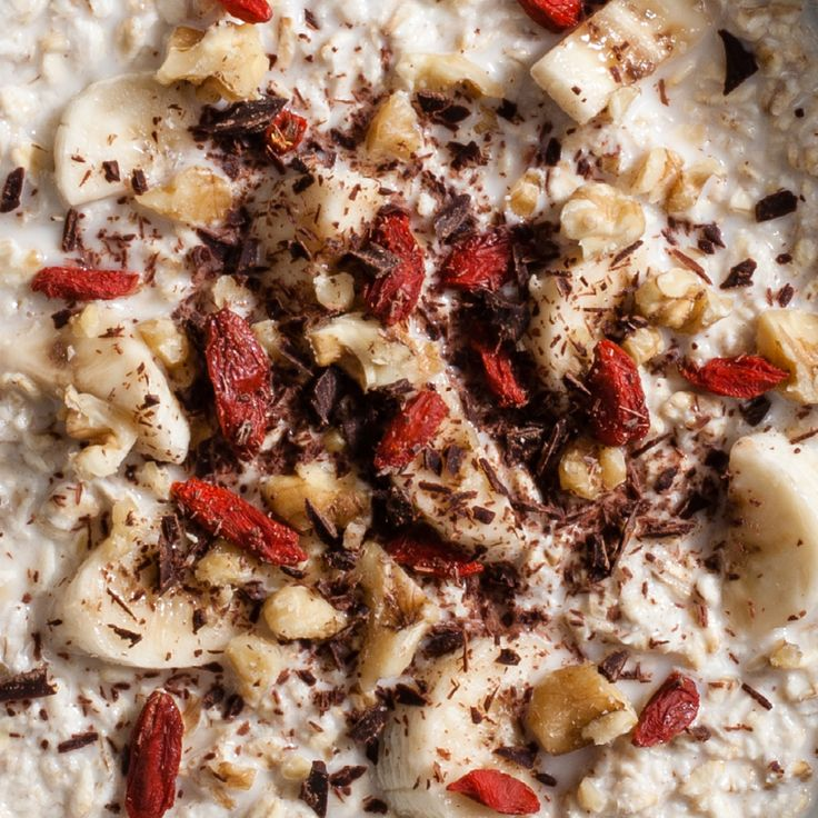 Get healthy for 2017 with these vibrant and nutritious porridge ideas inspired by Norway. Banana, Goji berries, walnuts & dark chocolate.