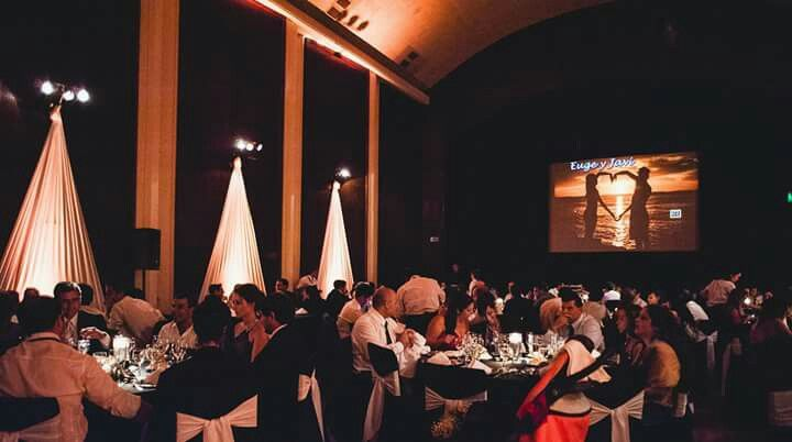 Mi salón decorado. Salón de la Fuerza Aérea Argentina. Decoración de boda elegante en blanco y negro. Decoración de bodas con telas y luces. Elegant wedding decoration in black and white. Wedding decoration fabrics and lights.