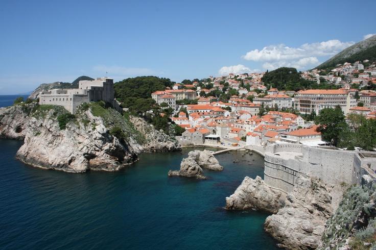 Kallioita, turkoosia merta ja punaisia kattoja. Beautiful view of #Dubrovnik.