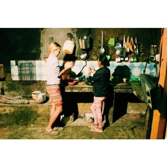 С моей поделки из бронзы и индейской бусины на шнурке началась наша дружба с Бети. Передать какая она классная сложно. Устроено так все: у финки есть владелец он нанимает самого главного работника с говорящей должностью министр финки :) Министр финки (здесь-милейший человек сеньор Альфонсо в свою очеред распоряжается всеми делами и нанимает остальных рабочих в зависимости от сезона Когда приходит время. сажать кофе нанимает людей для посадки когда нужно очищать плантацию от сорняков других…
