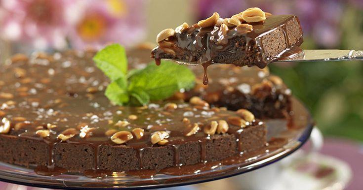 Recept chokladkaka med jordnötter och kolasås