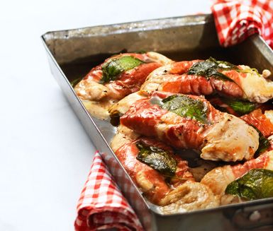 Saltimbocca av kycklingbröstfilé är ett utsökt recept med en spännande smakupplevelse av kyckling, parmaskinka och salvia. Saltimboccan passar utmärkt till gnocchi eller pasta.