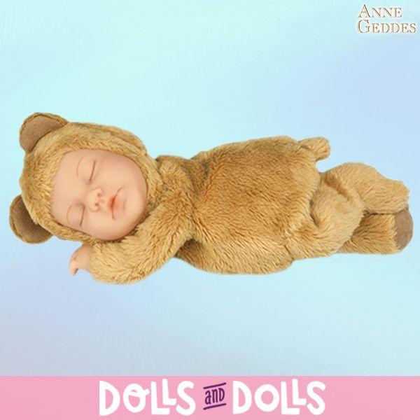 Este tierno bebé osito de la marca #AnneGeddes, tiene tan llena la barriguita que no ha podido evitar caer rendido.  💤 ¡Dulces sueños! 💤 Los #muñecos de Anne Geddes llenarán de ternura cualquier habitación de tu casa.  #Dolls #Muñecas #MuñecasDeColección #Bonecas #Poupées #Bambole