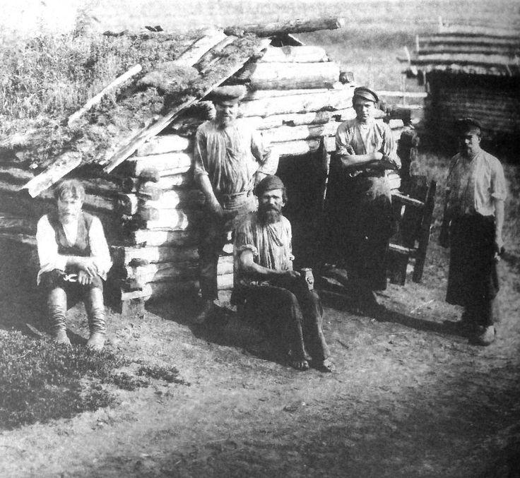 Кузнецы у деревенской кузни. Тверская губ., Тверской у., д. Изворотень. 1905