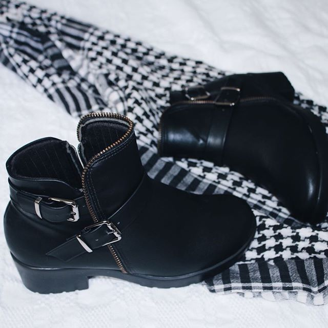 Odeio botas, mas tô apaixonada pelo conforto e praticidade dessa (comprei por causa das chuvas de SP) ♥️ bota tratorada com fivela das Americanas