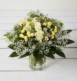 Lys og lett bukett i sommerens blomster fra Interflora. Om denne nettbutikken: http://nettbutikknytt.no/interflora-no/