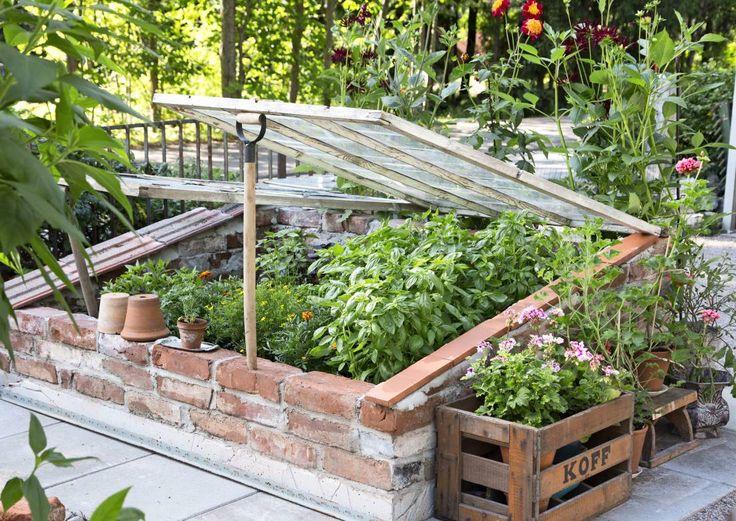 Rakenna tiililava puutarhan valoisaan ja lämpimään paikkaan. Lue vaihe vaiheelta ohje Viherpihasta.