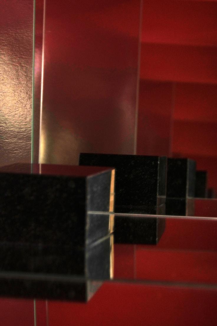een abstactie op 40 bij 40 centimeter van een granieten sokkel