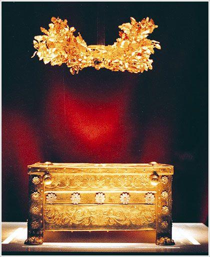 Tomb of Philip II, father of ALEXANDER THE GREAT , Vergina museum - Macedonia -Greece  GOLDEN WREATH Αποτελέσματα Eικόνων για http://vatopaidi.files.wordpress.com/2009/10/vergina.jpg