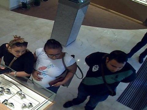 Rozpoznajesz ich? Ukradli zegarek za 100 tys. złotych - nagrała ich kamera