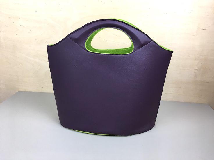 Kann die Filztasche auch in Leder? Zumindest Kunstleder, auf dass wir die braven Haushaltsnähmaschinen nicht überstrapazieren? Eine überaus fleißige Filztaschenproduzentin von mir, die höchst exper…