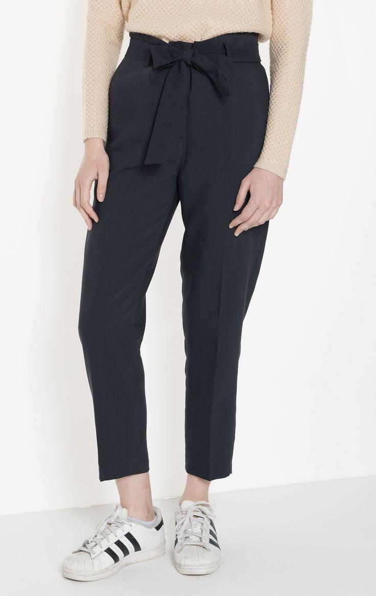 Pantalon en crêpe, élastiqué dos Taille mi-haute et ceinture à la taille Deux poches latérales 80% polyester 16% viscose 4% spandex