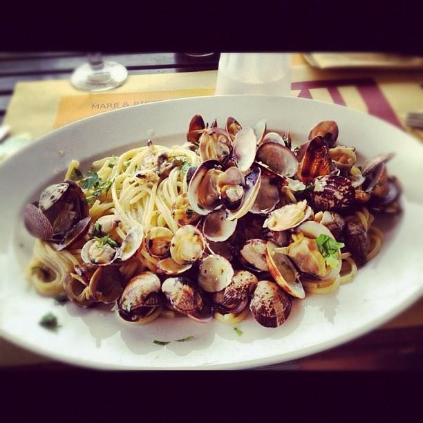 Un piatto di linguine alle vongole con una bella grattugiata di #bottarga     www.sardegna.com #pasta #sardegna
