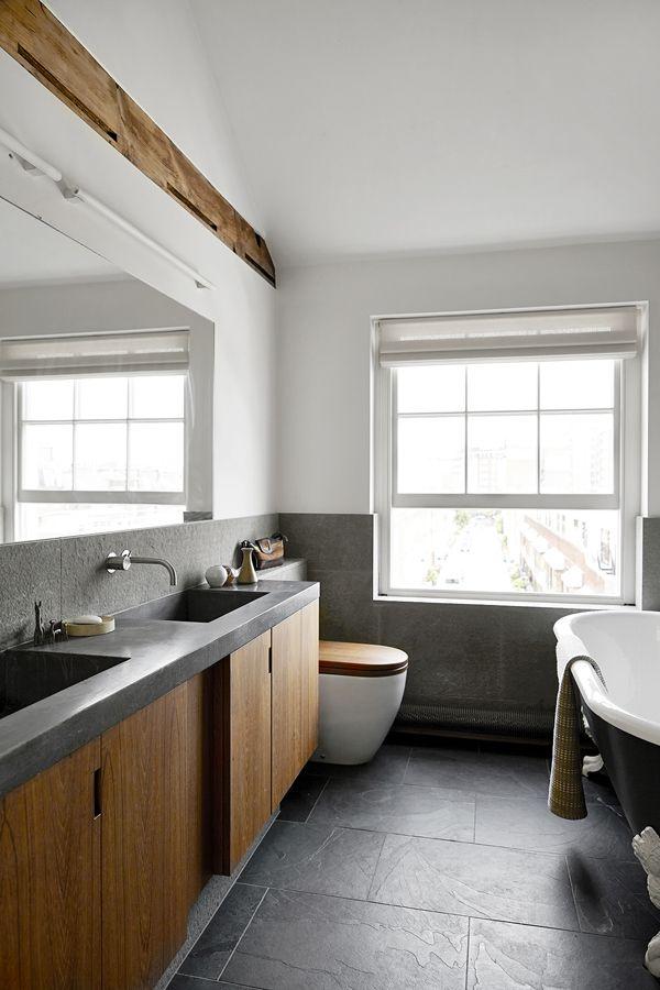 <p>Et praktisk gjestebad med betongvask og skreddersydde skape i amerikansk valnøtt. Pietra Serena kalksten er brukt til veggene og sorte revnede skifer fliser til gulvet. Badekaret er fra Kohler, dusjen er fra Brassware og armaturene fra Vola og håndkledeholder fra Bisque .</p>
