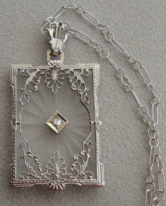 Art Deco 14 Karat Weißgold filigran und Kampfer Glas und Diamant Anhänger der …