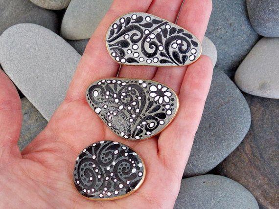 Negro & blanco imanes / pintado rocas / Sandi por LoveFromCapeCod