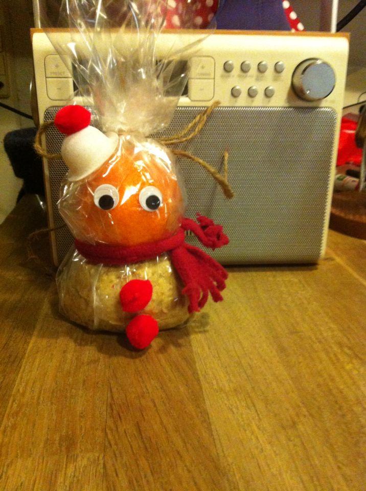 Nissegave. Snemand i cellofan (clementin og grovbolle)