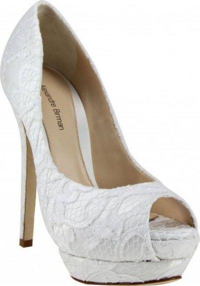 O sapato de noiva tem que ser lindo, mas ao mesmo tempo confortável. A noiva irá se deslocar pela festa toda e não poderá ficar sentada, deixando o dia mais importante da sua vida passar sem aprove…