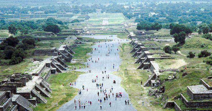 """La Pirámide del Sol de los aztecas. La Pirámide del Sol en Teotihuacán es la tercer pirámide más grande en el mundo. Los aztecas descubrieron las pirámides cientos de años después de que los teotihuacanos abandonaron la ciudad y le dieron su nombre actual. Los aztecas creían que la ciudad está situada donde nació el sol, la luna y el universo. El nombre de la ciudad significa """"el ..."""