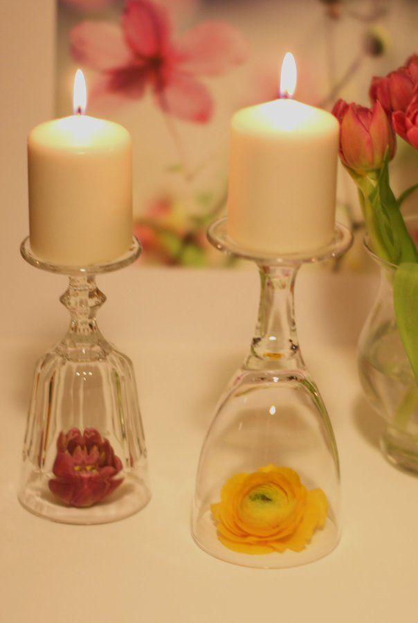 Schlichte Tischdekoration zum Ausprobieren, man braucht lediglich Weingläser, Blumenköpfe und Kerzen.