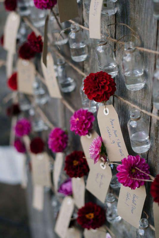 赤とピンクのお花付き♡ 個性的な赤いエスコートカードまとめ。結婚式で使うエスコートカード・席札一覧。