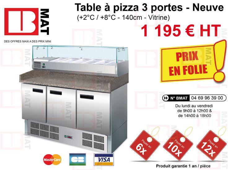 Table à pizza 3 portes - Vitrine - Neuve- Carrosserie INOX AISI 304 Isolation 35 mm - Réfrigération statique - Dégivrage automatique - Evaporation auto. de l'eau de condensation - Temp./Humidité max. ambiante : +32°C/55%HR - Temp: +2°C / +8°C - Réfrigérant R 134a - Alimentation: 0,34kW, 220-240V, 1,5A - Dotation : 3 étagères réglables - Volume / Capacité: 370 litres - Capacité vitrine : 6 x GN ¼ (prof. 150 mm) - Bac gastronome vendus séparément - Dim. LxPxH mm: 1400xP700xH1445 - Poids : 150…
