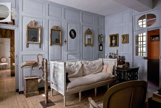 Un esprit gustavien pour ce salon - Joyeuse déco d'un couple qui aime chiner - CôtéMaison.fr