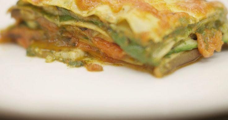 Deze groentelasagne bevat laagjes groene saus, gemaakt met spinazie en 3 kazen. Helemaal bovenop de schotel ligt kaas nummer vier: plakjes mozzarella. Samen met een eenvoudige tomatensaus, gegrilde groenten en vellen pasta heb je alles bij de hand om een smakelijke en voedzame lasagne op te bouwen.extra materiaal: