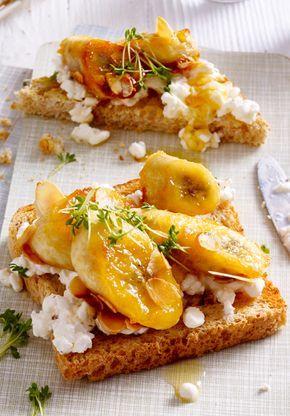 Für   Personen 2  Bananen  30 g  Mandelblättchen  3 EL  flüssiger Honig  1 (200 g) Becher körniger Frischkäse  8 Scheiben  Vollkorntoast    Kresse