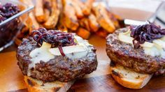 Hamburger di carne con cipolle caramellate e formaggio fuso, ricetta americana