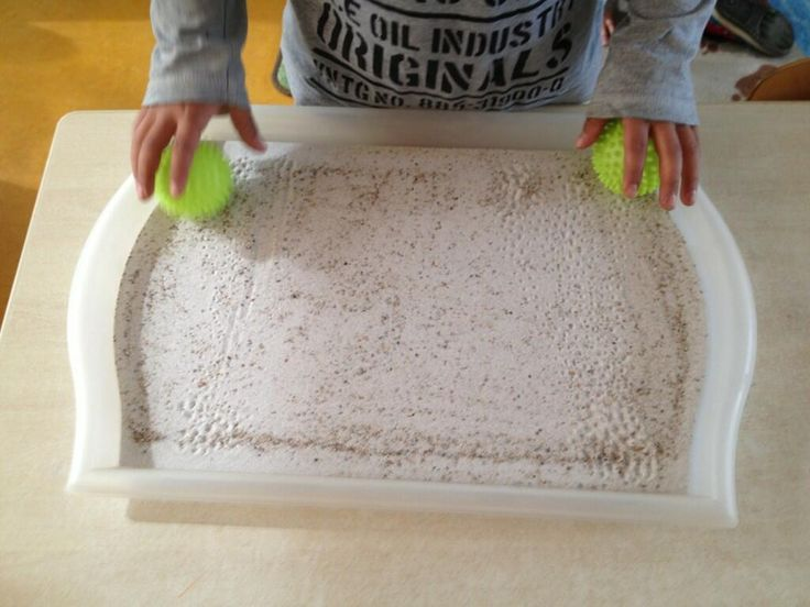voorbereidend schrijven : met 2 wasbolletjes experimenteren in een zandtafel