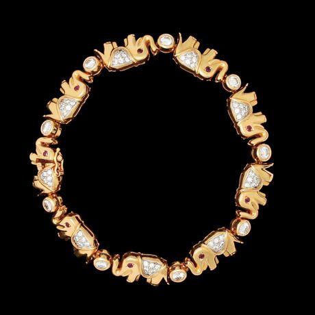ARMBAND, i form av elefanter, med briljantslipade diamanter, tot. ca 2 ct samt rubiner.  18k guld. Vikt 27,1. L. 18 cm.