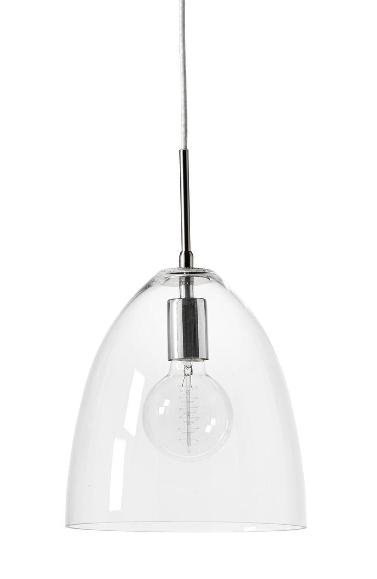 Fin taklampa i handblåst glas med synlig ljuskälla som passar i många rum. Lampan har en känsla av att inte ta någon plats eftersom den är genomskinlig. Komplettera med  ljuskälla.
