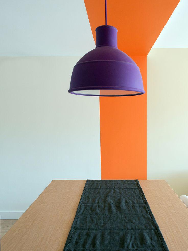 Une bande orange pour séparer l'espace cuisine du salon, réalisation Murs et Merveilles I Orange stripe between kitchen and living room, by Murs & Merveilles
