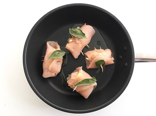 Mi porto avanti per il pranzo di domani ... preparo carne (non per me) ma per i miei ospiti. Involtini di pollo con frittata, carote, cipolla, sedano sale pepe . manolitointhekitchen  #livethelittlethings #saturdaymood #glutenfreelife #glutenfreecooking #glutenfreefoodshare #foodstylist #glutenfreerecipes #instafood  #glutenfreelifestyle #sweetmoments #thefeedfeed #inmyhands #verilymoments  #postitfortheaestetic #seekthesimplicity #glutenfreebaking #healthylifestyle #igerfood #dinnertime…