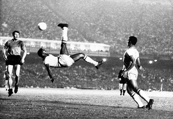 """Pelé y la """"chilenaalentar base a la elegancia y calidad del FUTBOL del Rey carioca."""
