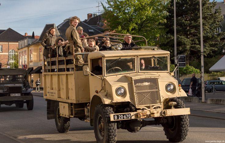4. maj parade. Danmarks befrielsesdag d.4 maj, bliver stadigvæk fejret på mange forskellige måder rundt om i landet. Da jeg var barn, havde mine forældre altid lys i vinduerne d. 4 maj, og der er stadigvæk nogle der håndhæver traditionen, selvom vi ikke er i nærheden af alle de oplyste vinduer som jeg husker det fra min barndom. Det er en skam, for vi må aldrig glemme hvad der skete fra 1940-45! #4maj #Parade #Befrielsesdagen #Biler