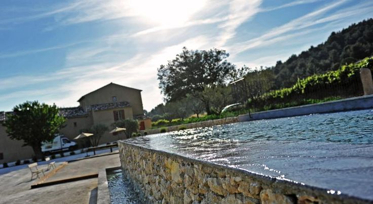 £134 Featuring free WiFi, Domaine des Peyre offers pet-friendly accommodation in Robion en Luberon.
