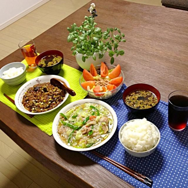 CM見てたら麻婆茄子が食べたくなって。 甜麺醤をタップリにしたので、甘めです。今度はもうちょっと豆板醤を多めにして辛めにしてみようっと! ( ^ω^ ) - 34件のもぐもぐ - 豚肉と野菜の中華炒め、麻婆茄子、ツナサラダ、わかめスープ、ご飯 by pentarou