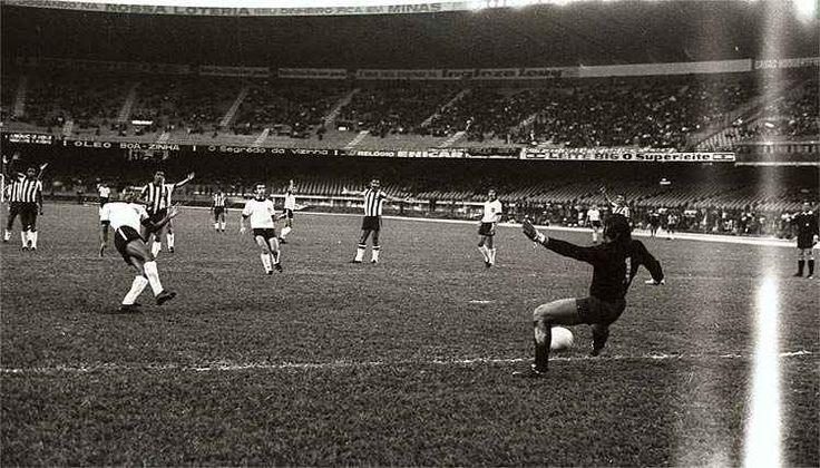 Dario, de branco, em jogo contra o Botafogo, no Mineirão, pela fase de classificação: 2 a 2